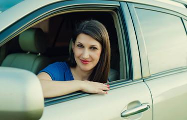 Красивая успешная женщина за рулем автомобиля