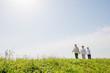 青空の日に草原の丘を散歩している3人の高齢者女性