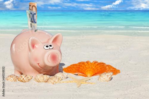 canvas print picture Rosa Sparschwein mit Geldscheinen am Sandstrand