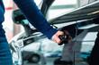 Mann oder Kunde mit Neuwagen von Autohaus