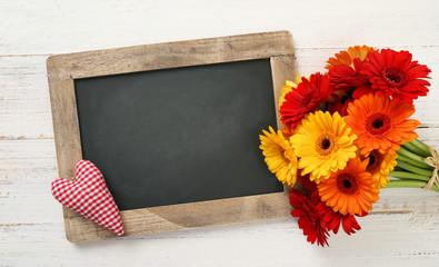 Tafel mit Blumen und Herz