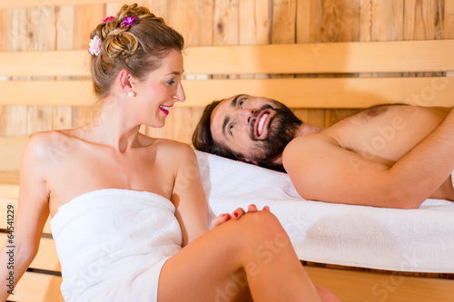 Paar sitzt in Wellness Spa Sauna