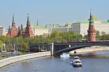 Речные прогулки на теплоходе по Москве реке, вид на Кремль