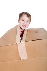 kleiner Junge in einem Pappkarton