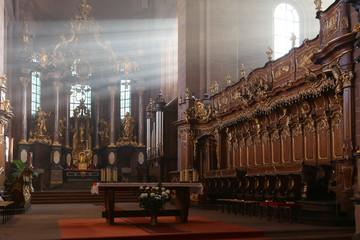Wormser Dom: Chorgestühl und Altar