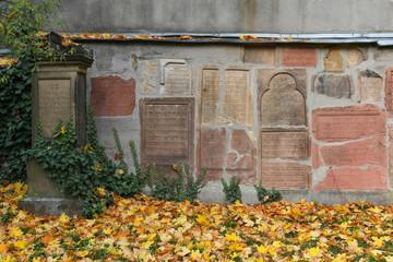 Wand mit Grabsteinen, Jüdischer Friedhof