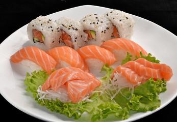 Sushi roll de atún y salmón,Comida japonesa.