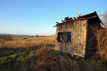 Ruine einer Hütte aus Holz
