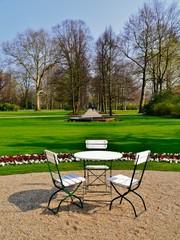 Britzer Schlossgarten mit Tisch und Stühlen