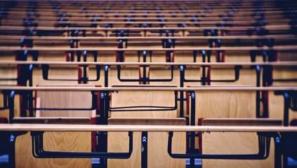 Leere Stühle in einem Hörsaal