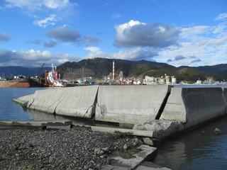 壊れた防潮堤のある海岸