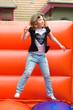 Mädchen springt auf einer Hüpfburg