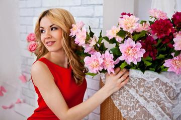 красивая девушка с букетом цветов