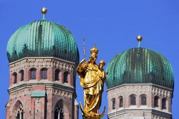 Marienfigur und Frauenkirche