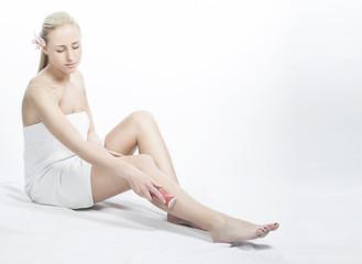 Frau rasiert ihre Beine