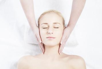 Frau bekommt Kopfmassage