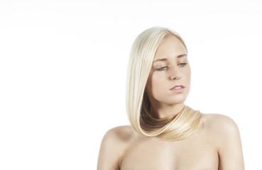 Frau mit Haaren um den Hals