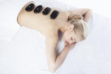 Junge Frau mit Steinen auf dem Rücken