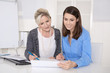 Zwei Frauen gemeinsam in einer Besprechung im Büro