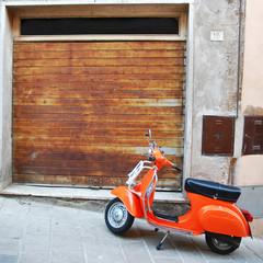 Scena vintage con Scooter Vespa in una vecchia via