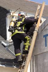 pompier sur intervention incendie sauvetage victime