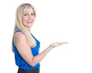Ältere attraktive und lachende Frau isoliert präsentiert