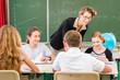 Lehrer und Schüler einer Klasse in Schule