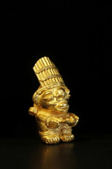 maya gold priester mit opferschale, tumbaga, schwarz