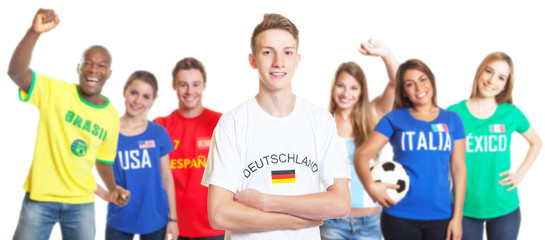 Blonder deutscher Fussball Fan mit anderen Fans