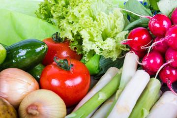 Radieschen, Spargel, Tomaten, Zwiebeln und Salat