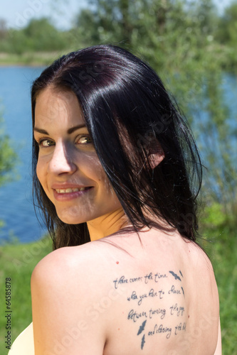 canvas print picture Junge Frau mit Tatoo am See