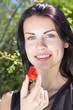 canvas print picture - wunderschoene junge frau mit erdbeere