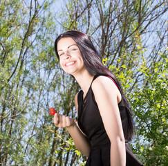 Maedchen mit Erdbeere und offenem Lachen