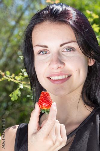 canvas print picture wunderschoene junge frau mit erdbeere