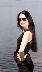 Huebsche Frau am See