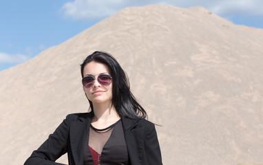 Junge Geschaeftsfrau vor Sandberg