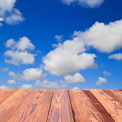 Holztafel mit Himmel