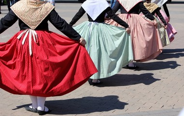 Danse provençale en costume traditionnel