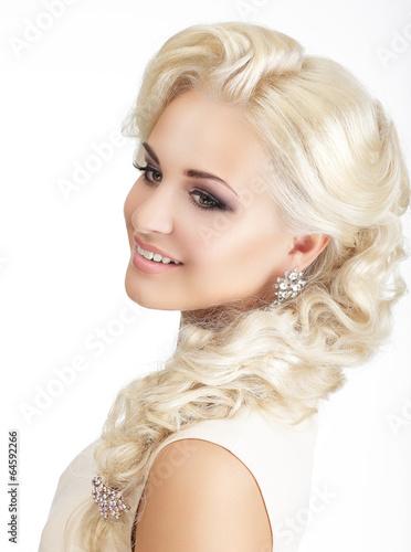 portret-zachwycajaca-usmiechnieta-blondynka-z-warkoczem-i