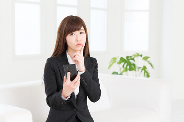 スマートフォンを見る女性 ビジネス