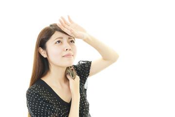 汗をふく女性