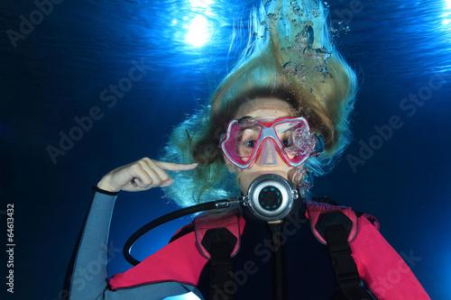 Fotobehang Duiken Female scuba diver show ear problems