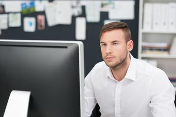 geschäftsmann im büro schaut auf computer
