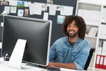 kreativer junger mann arbeitet am computer
