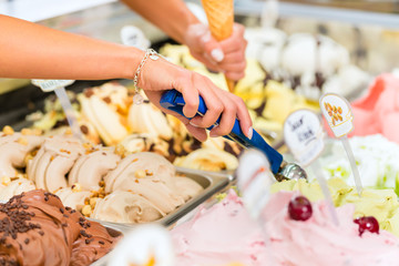 Eisladen oder Eisdiele mit vielen Sorten Eis