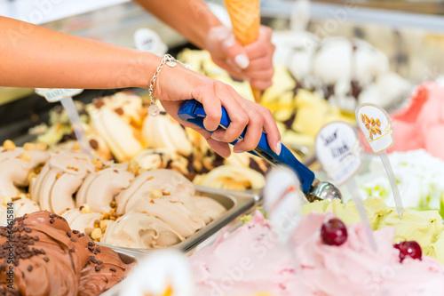 Leinwanddruck Bild Eisladen oder Eisdiele mit vielen Sorten Eis