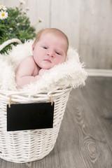Newborn kleines Mädchen wach
