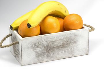 Kiste mit Orangen und Bananen