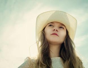 Красивая задумчивая романтичная девушка на фоне неба