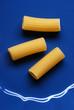 pasta di grano duro sul piatto blu
